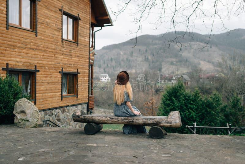 Blondynki dziewczyna podziwia widoki Karpackie góry fotografia stock