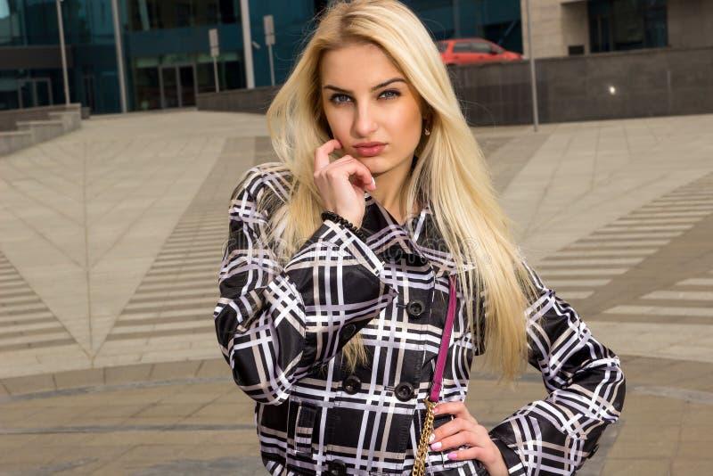 Blondynki dziewczyna pozuje w mieście fotografia stock