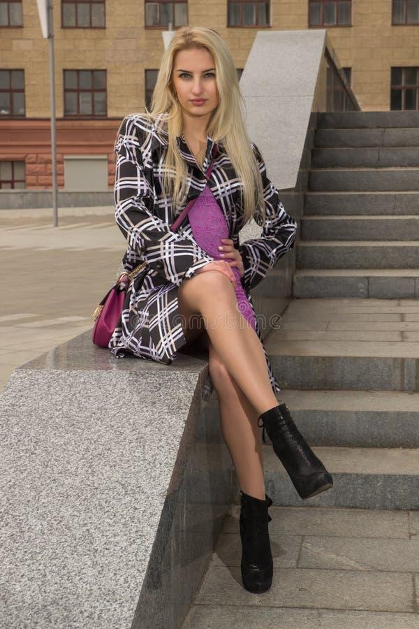 Blondynki dziewczyna pozuje w mieście zdjęcie stock