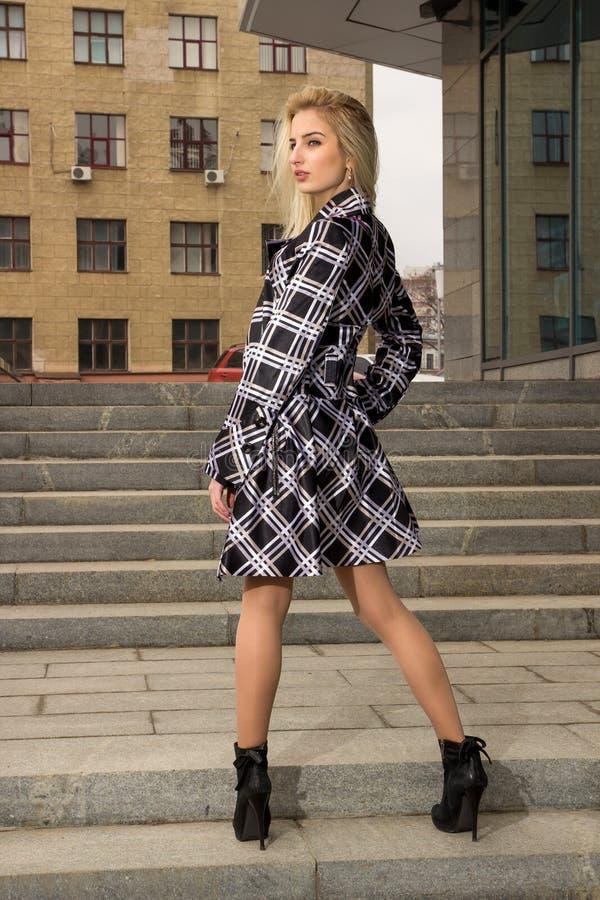 Blondynki dziewczyna pozuje w mieście fotografia royalty free