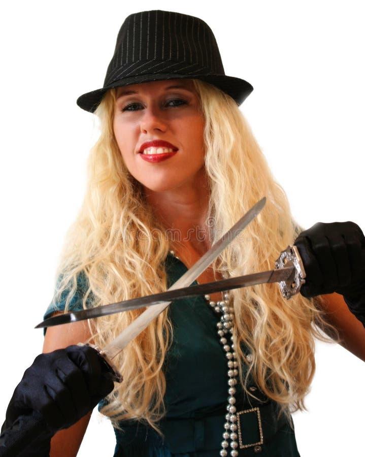 Blondynki dziewczyna w czarnym kapeluszu z dwa długim nożem zdjęcia stock