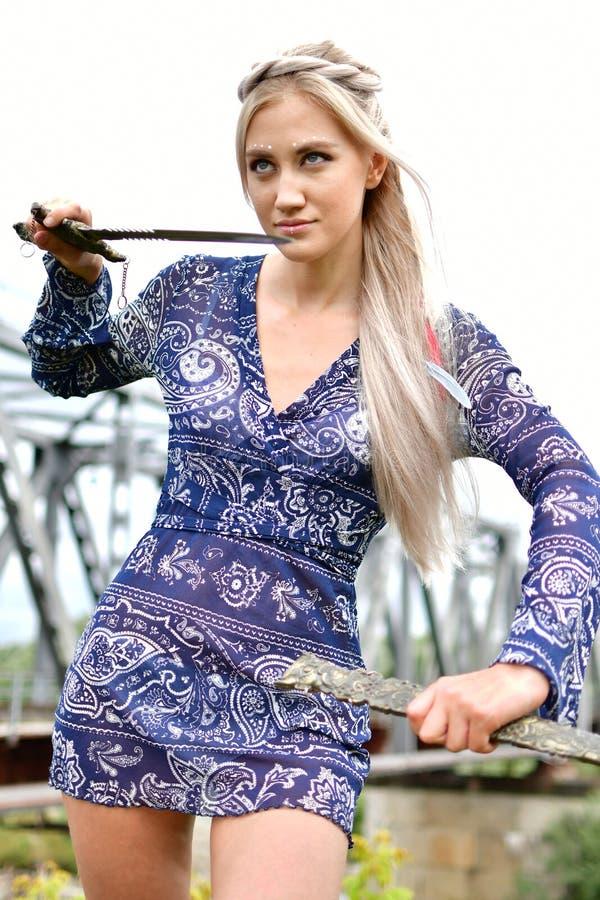Blondynki dziewczyna w naturze obraz royalty free