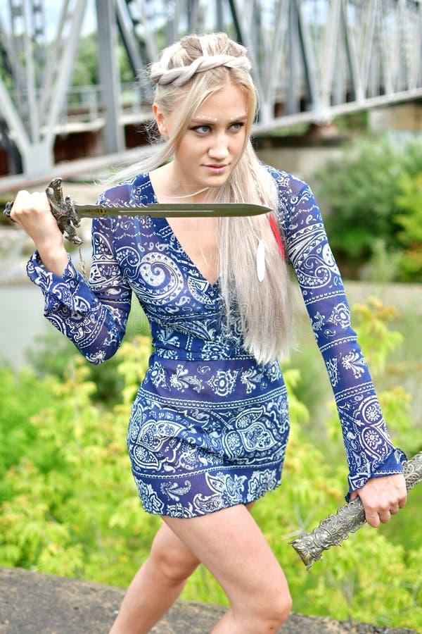 Blondynki dziewczyna w naturze zdjęcia royalty free