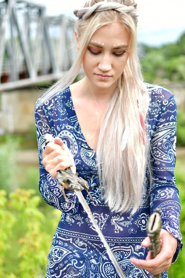 Blondynki dziewczyna w naturze obrazy royalty free