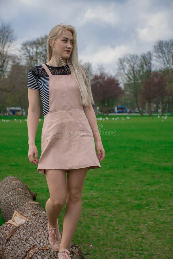 Blondynki dziewczyna w parku zdjęcia royalty free