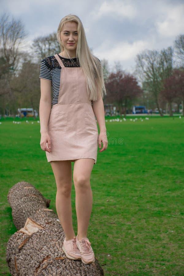 Blondynki dziewczyna w parku zdjęcia stock