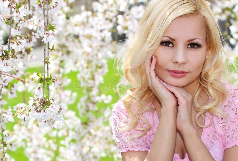 Blondynki dziewczyna z Czereśniowym okwitnięciem. Wiosna portret. Piękny zdjęcie royalty free
