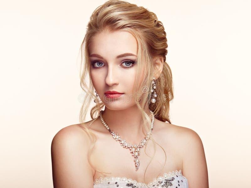 Blondynki dziewczyna z długim i błyszczącym kędzierzawym włosy zdjęcia stock