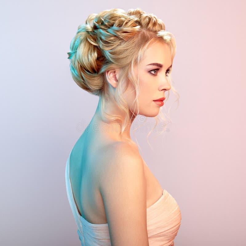 Blondynki dziewczyna z długim i błyszczącym kędzierzawym włosy zdjęcia royalty free