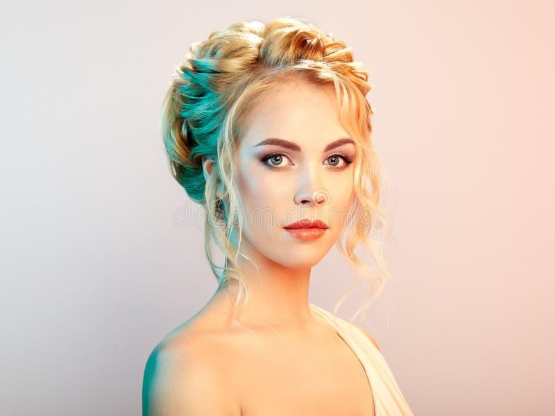Blondynki dziewczyna z długim i błyszczącym kędzierzawym włosy fotografia stock