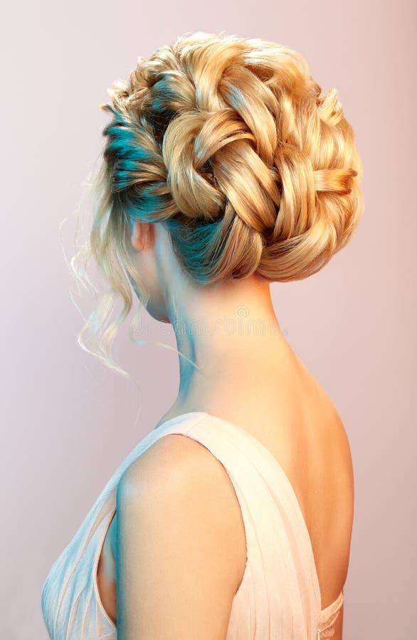 Blondynki dziewczyna z długim i błyszczącym kędzierzawym włosy fotografia royalty free