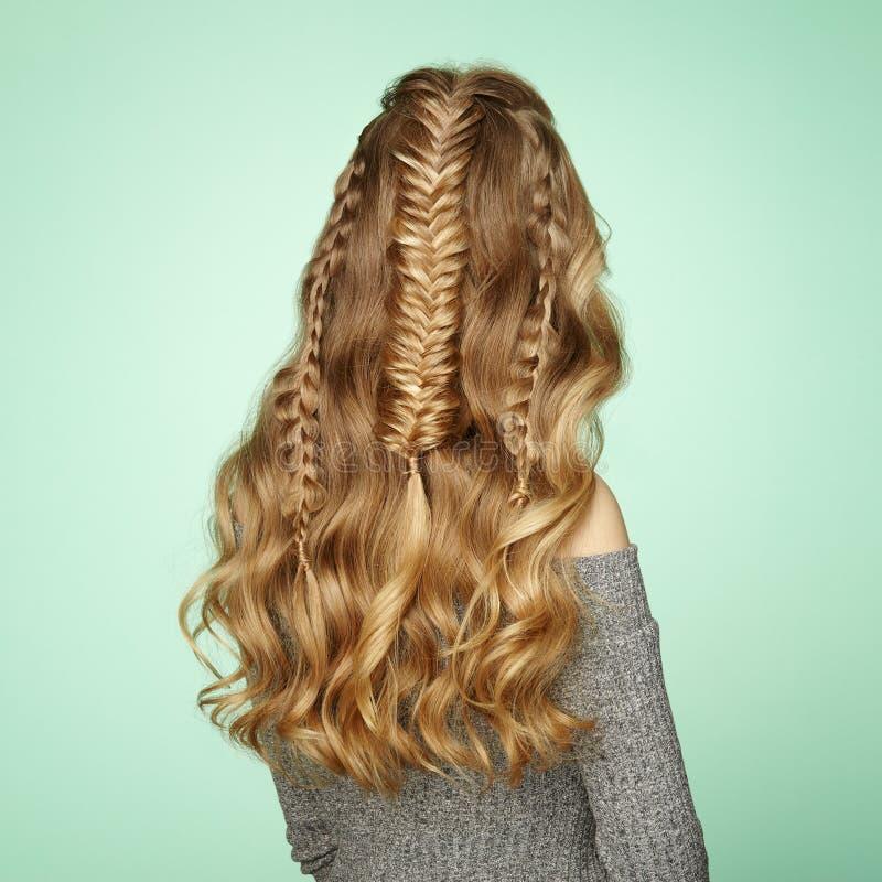 Blondynki dziewczyna z długim i błyszczącym kędzierzawym włosy zdjęcie royalty free