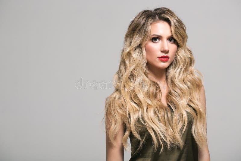 Blondynki dziewczyna z długim i tomowym błyszczącym falistym włosy zdjęcia stock