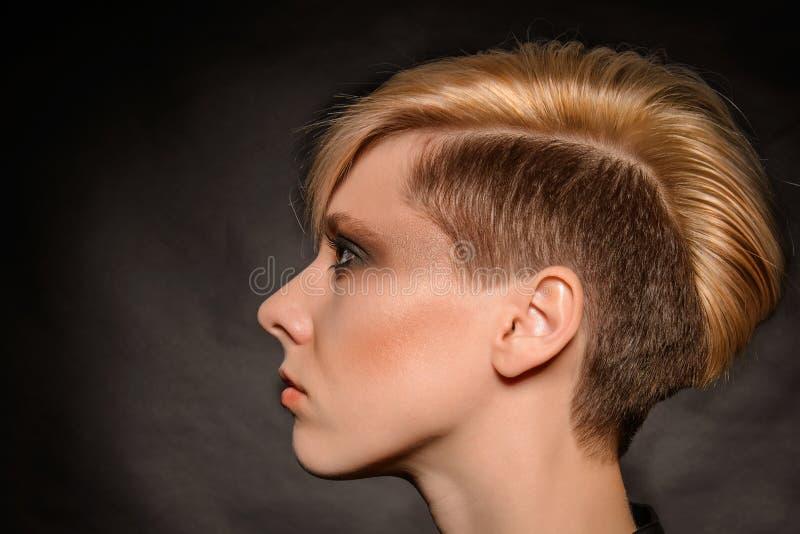 Blondynki dziewczyna z krótkim eleganckim ostrzyżeniem zdjęcia stock