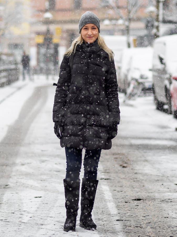 blondynki dziewczyny śnieg zdjęcia royalty free