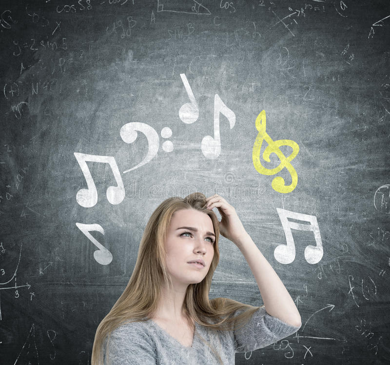 Blondynki dziewczyny chrobota głowa, muzyk notatki zdjęcie royalty free