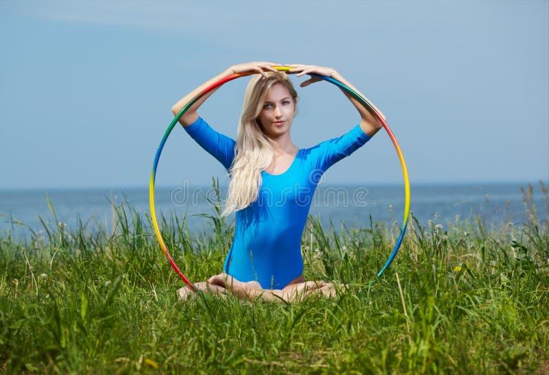 Blondynki dziewczyny gimnastyczka outdoors obrazy royalty free