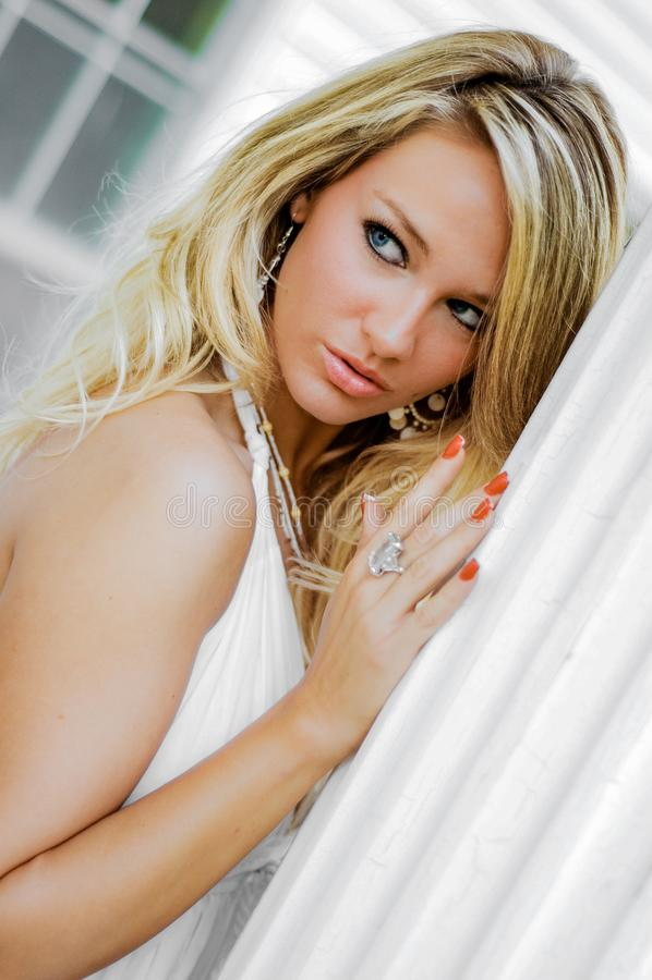 Blondynki dziewczyny kobieta ubiera? jako Rolny kraj lub Cowgirl obraz royalty free