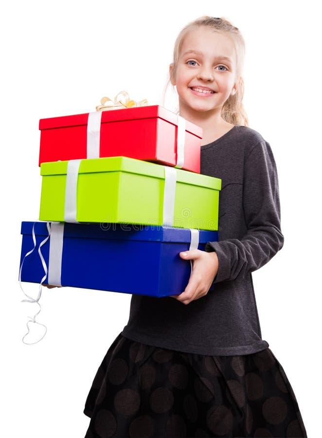 blondynki dziewczyny mienie w ręka udziałach pudełka z prezentami na odosobnionym tle zdjęcie royalty free