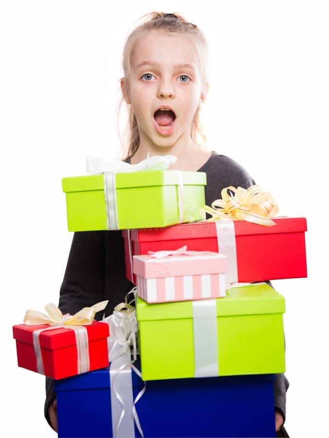 Blondynki dziewczyny mienie w ręka udziałach pudełka z prezentami na isolat zdjęcia stock