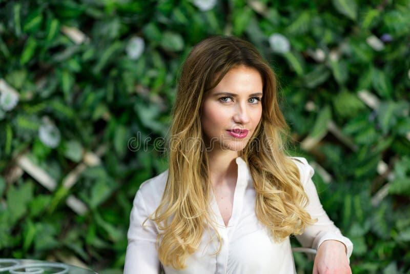 Blondynki dziewczyny portret w plenerowej kawiarni zdjęcie stock