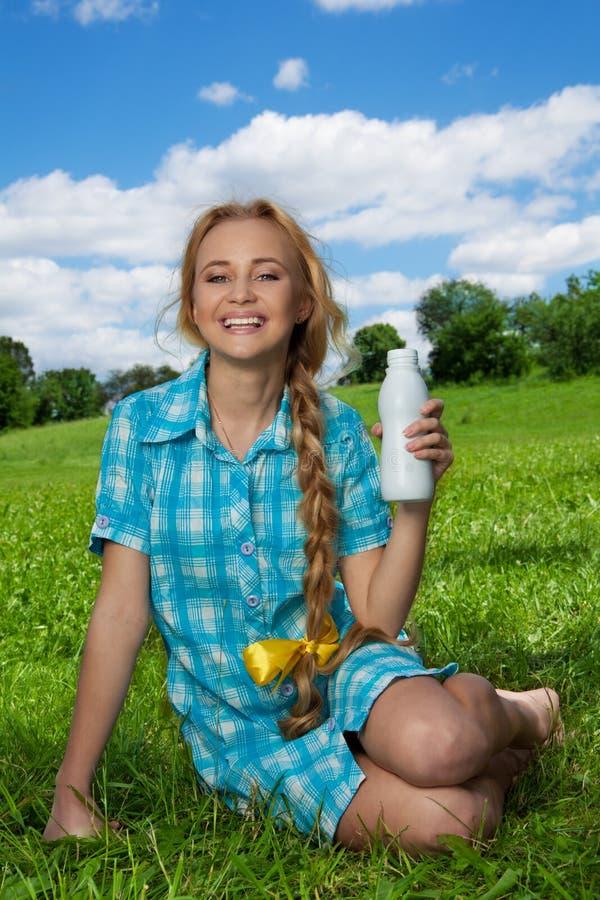 blondynki dziewczyny szczęśliwy milkshake obrazy stock