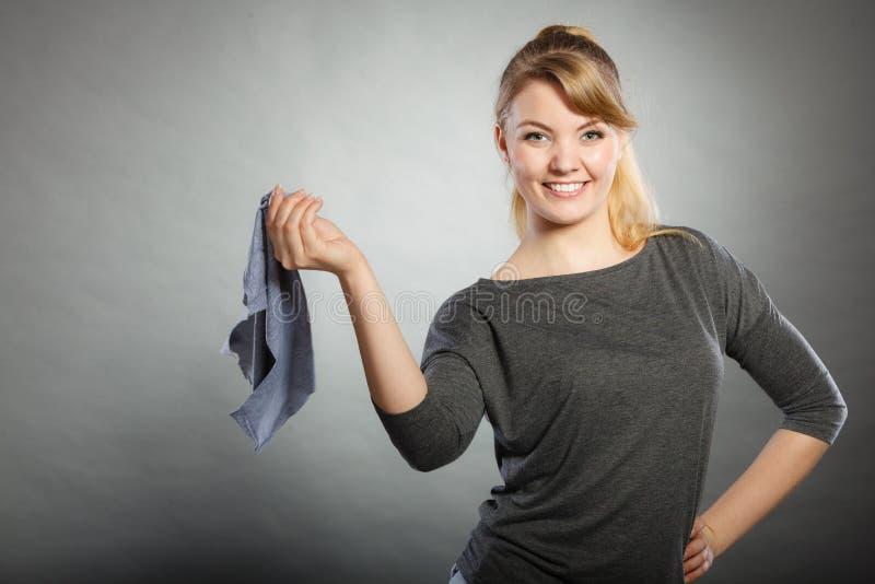 Blondynki gosposia cieszy się jej pracę zdjęcia stock
