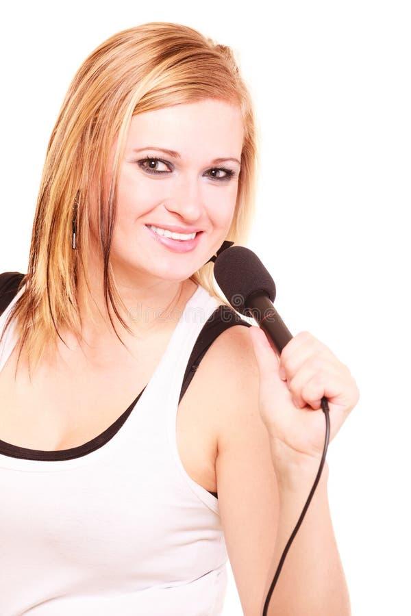 Blondynki kobieta śpiewa mikrofon zdjęcia stock