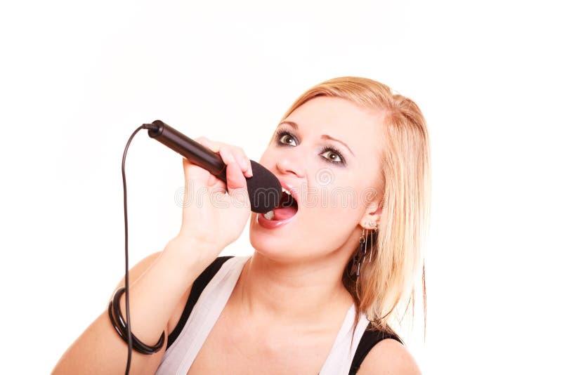 Blondynki kobieta śpiewa mikrofon obrazy royalty free