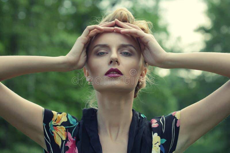 Blondynki kobieta blisko jeziora fotografia stock