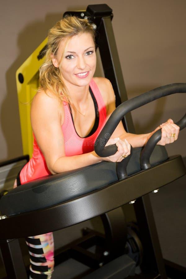 blondynki kobieta na ćwiczenie spaceru bieg przy gym centrum sporta pojęciem fotografia royalty free