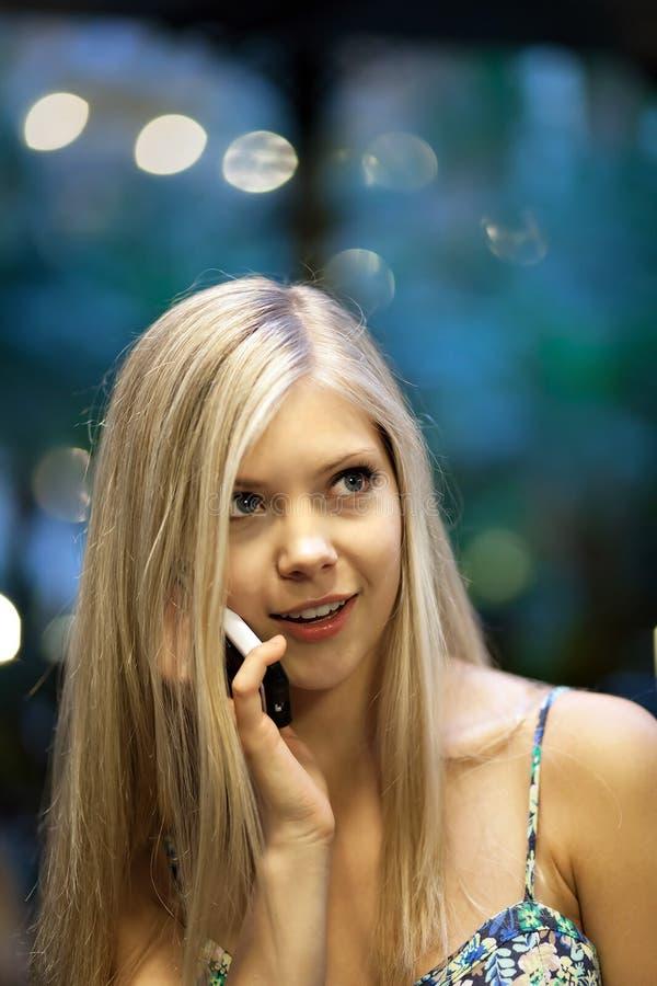 Blondynki kobieta na telefonie komórkowym obrazy royalty free