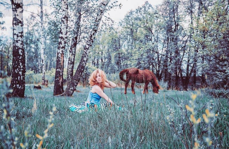 Blondynki kobieta Odpoczywa W trawie obrazy stock