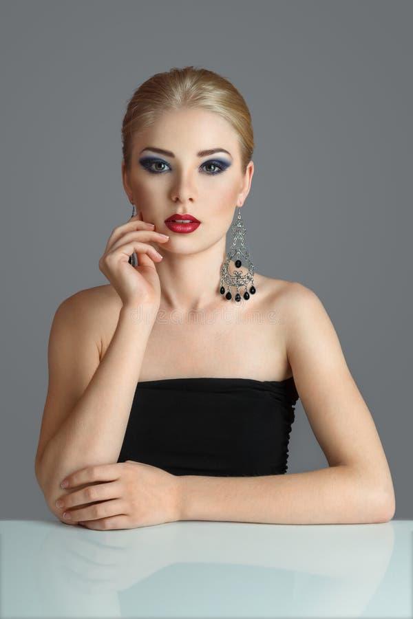 Blondynki kobieta patrzeje daleko od zdjęcia stock