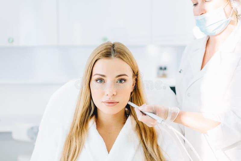 Blondynki kobieta przechodzi procedurę twarzowego ciecza tlenowy obieranie obraz stock