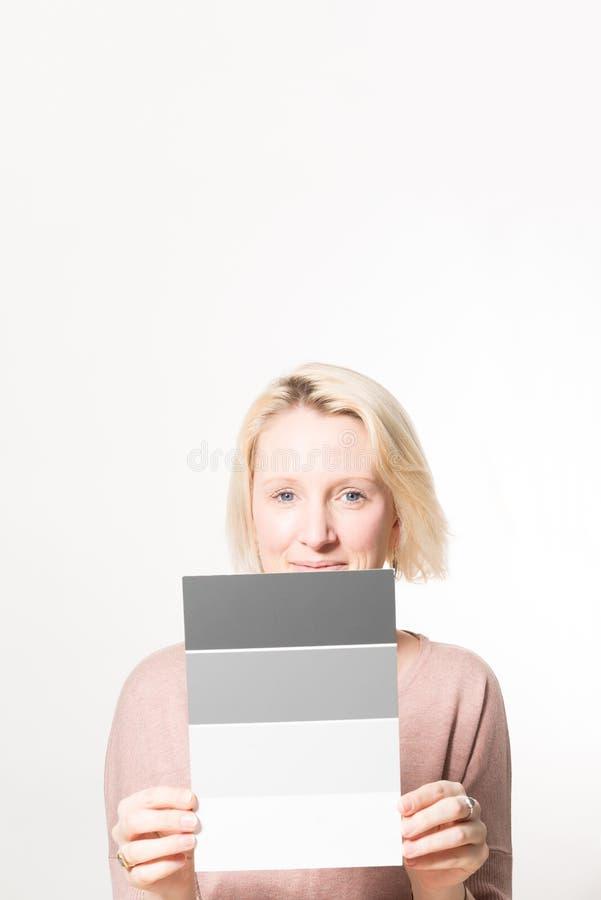 Blondynki kobieta Trzyma krok Szarej skala karty kopii przestrzeń zdjęcie stock