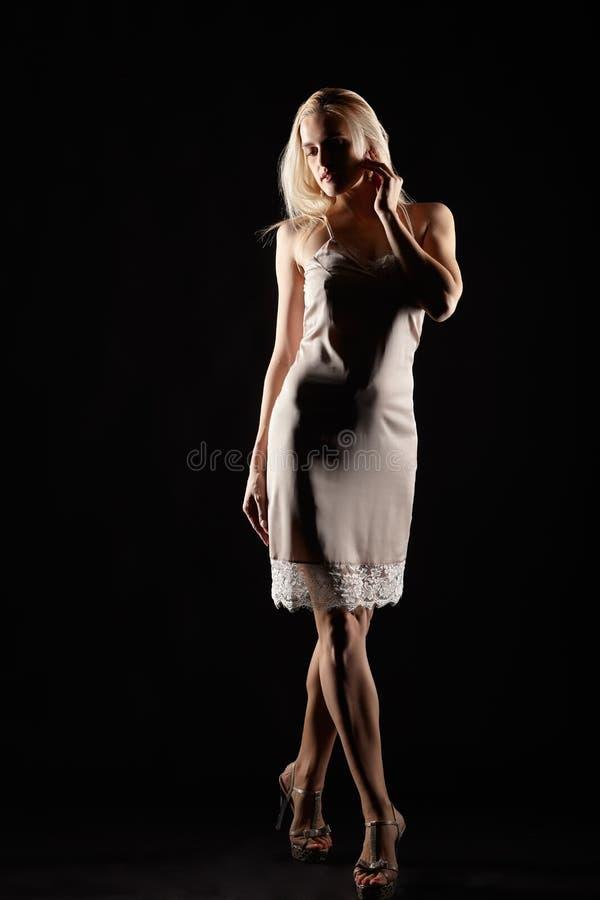 Blondynki kobieta ubierająca w nocy sukni Kobieta w nightie na czerni obraz stock