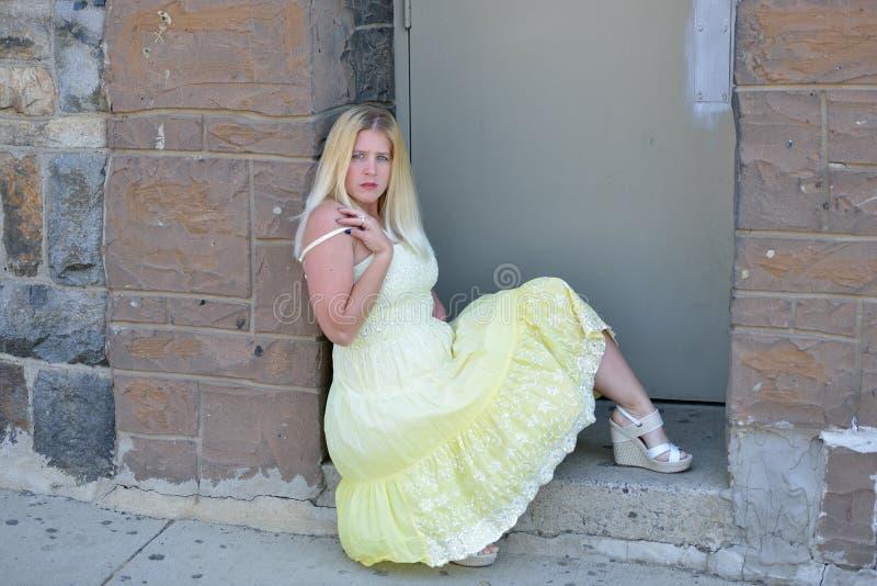 Blondynki kobieta w żółtych sundress pozach outside obrazy royalty free