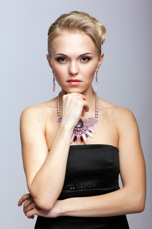 Blondynki kobieta w czerni kolii i sukni obrazy stock