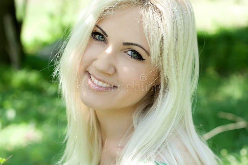 Blondynki kobieta w dandelions obrazy stock
