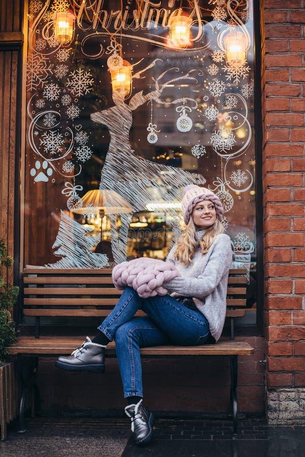Blondynki kobieta w menchia trykotowym kapeluszu zdjęcia stock