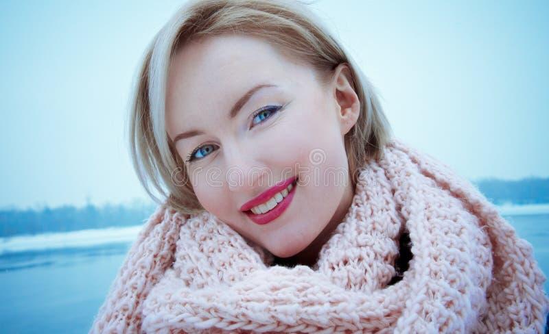 Blondynki kobieta w szaliku, dzień, plenerowy obrazy royalty free