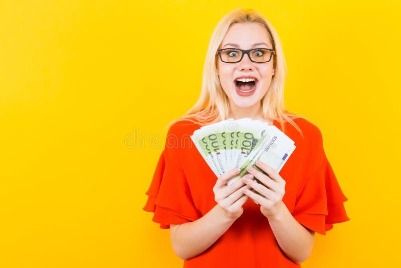 Blondynki kobieta z gotówką obraz stock