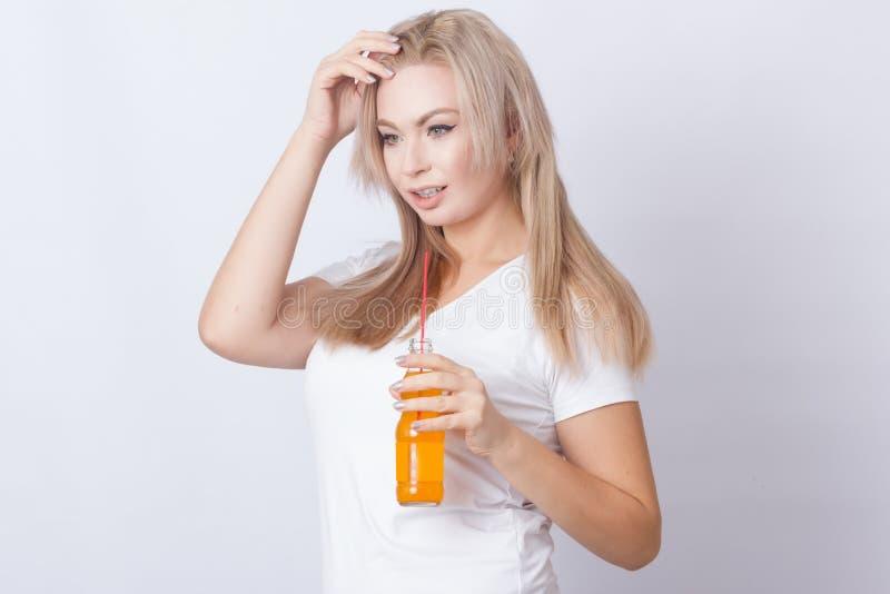 Blondynki kobieta z pomarańczową sodą w ona ręki obrazy royalty free