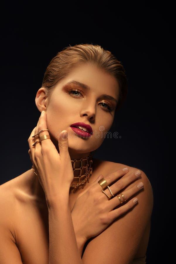 Blondynki kobieta z projektującym makeâ€, długą kolią i wiele pierścionkami na jej palcach 'up, obrazy stock