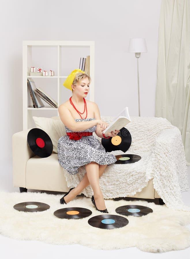 Blondynki kobiety czytelnicza książka zdjęcie stock
