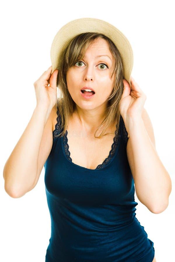 Blondynki kobiety lata turysta jest ubranym b??kitnego singlet z kapeluszem obrazy stock