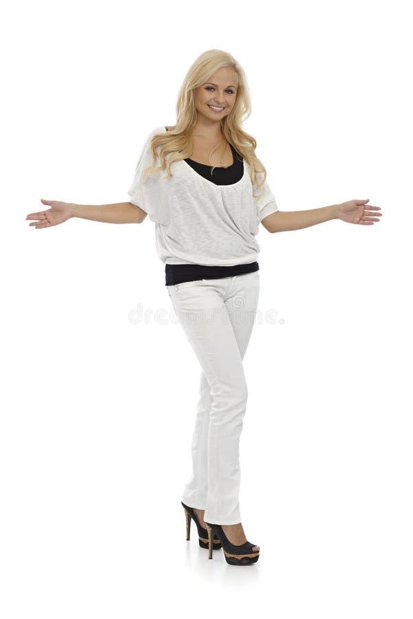 Blondynki kobiety pozyci ręki szeroko otwarty obraz stock