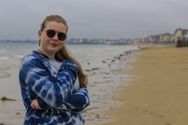 Blondynki młoda dziewczyna na seashore fotografia royalty free