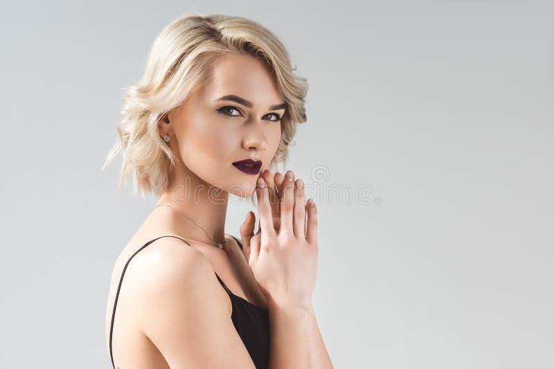 blondynki młoda kobieta pozuje w eleganckiej czerni sukni, obrazy stock